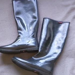 Reduced!! Adorable black Packable rain boots!